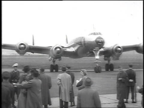vídeos de stock e filmes b-roll de plane taxiing / dwight d. eisenhower and mamie eisenhower descending the steps of the airplane / large group of people greeting eisenhower and his... - 1952