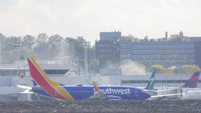 plane taxiing in laguardia airport in new york city. - südwesten stock-videos und b-roll-filmmaterial