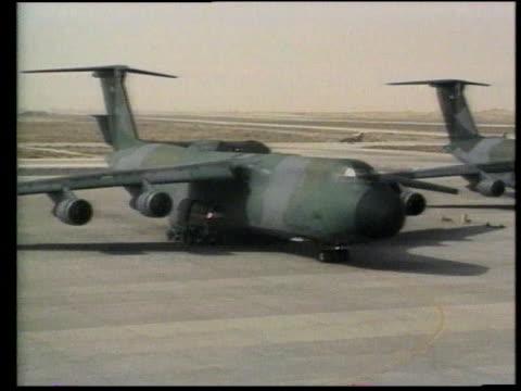 vidéos et rushes de plane taxiing / soldiers sitting on tarmac near planes - opération tempête du désert