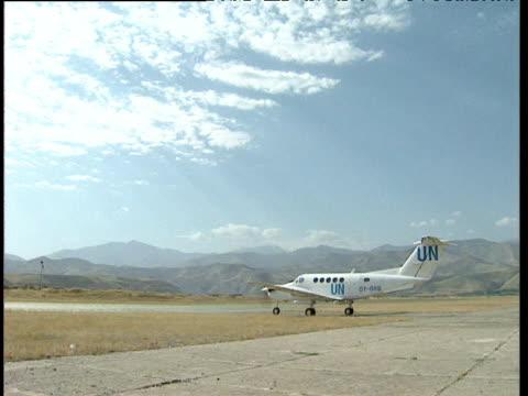 un plane taxis on remote runway in barren landscape afghanistan - landscape scenery点の映像素材/bロール
