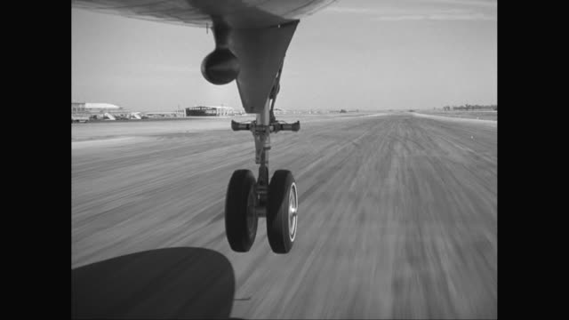 vídeos de stock e filmes b-roll de ws pov plane wheel taking off from runway / united states - avião comercial
