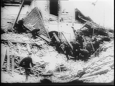 vídeos de stock, filmes e b-roll de planes fly overhead / men work in smoldering ruins of buildings in shelled berlin / people cleaning up rubble from allied bombing / joseph goebbels... - forças aliadas