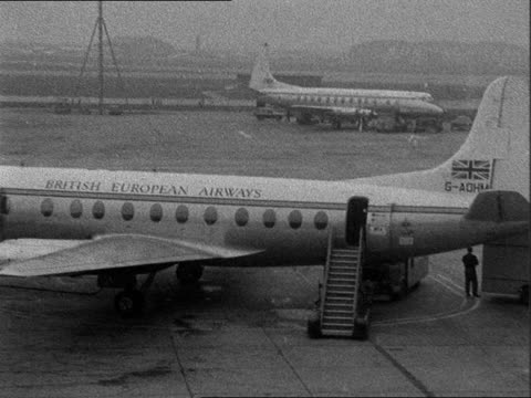 planes idle at london airport due to strike in paris england london london airport ext terminal building / aircraft standing idle including those... - 1957 bildbanksvideor och videomaterial från bakom kulisserna