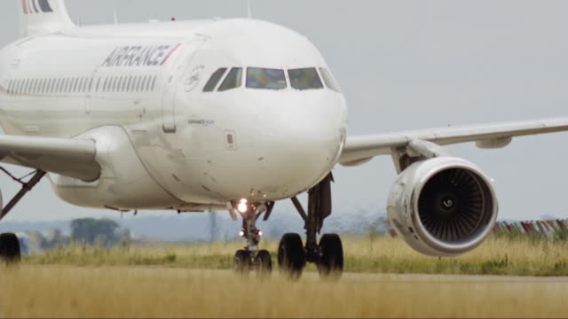 planes land and take off - air vehicle stock-videos und b-roll-filmmaterial