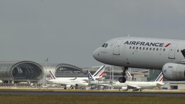 vidéos et rushes de planes land and take off - aéroport