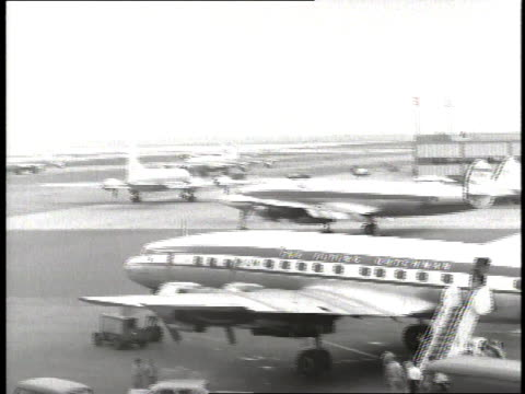 vidéos et rushes de planes taxi on the tarmac while passengers exit a plane at new york international airport - queens