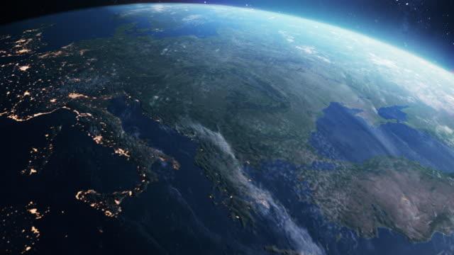vídeos y material grabado en eventos de stock de planeta tierra. día a noche. orbitando sobre el sur de europa - europa continente
