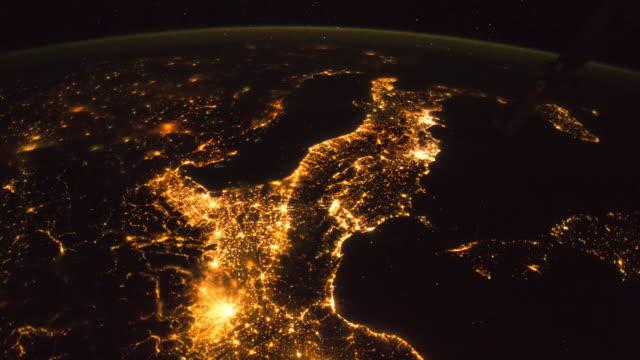 vídeos de stock, filmes e b-roll de planet earth from space: amazing city lights at night - espaço e astronomia