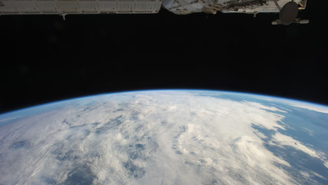 vídeos de stock, filmes e b-roll de planet earth from the iss: passing from night to day to night again - time lapse da noite para o dia