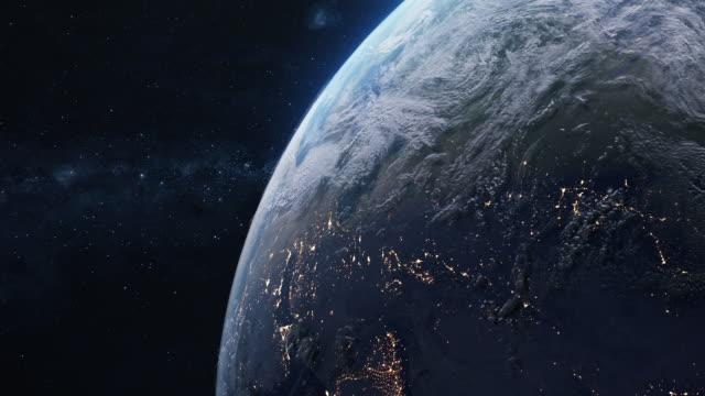 vídeos de stock, filmes e b-roll de planeta terra no espaço - espaço para texto