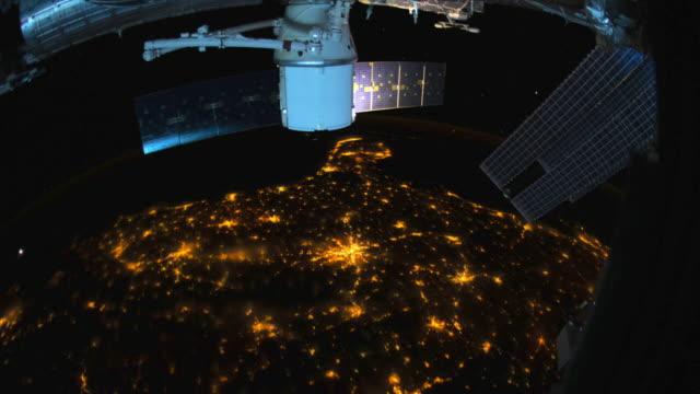 vídeos de stock, filmes e b-roll de terra do planeta vista do espaço na noite - usa