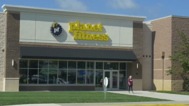 stockvideo's en b-roll-footage met planet fitness in small town christiansburg, va, usa - vrijetijdsfaciliteiten