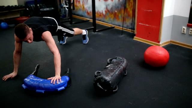 plank-training - menschliche gliedmaßen stock-videos und b-roll-filmmaterial