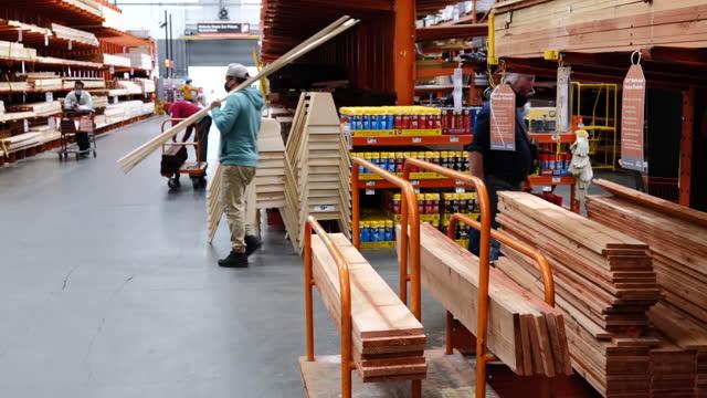 planks and boards aisle at home depot store in pleasanton, california, u.s., on monday, february 22, 2021. - catena di negozi video stock e b–roll