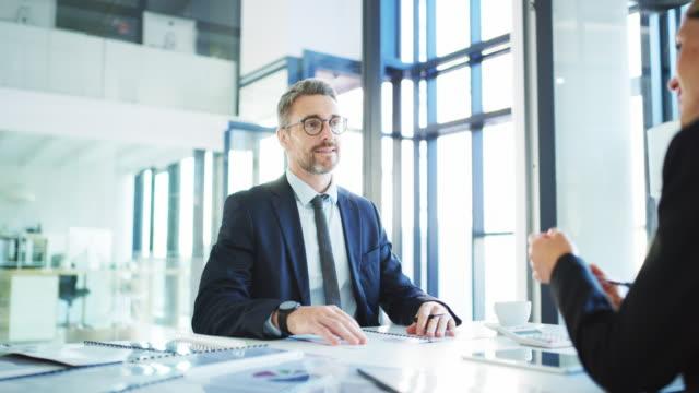 vídeos y material grabado en eventos de stock de planificar con anticipación es cómo mantenerse a la vanguardia en los negocios - dos personas
