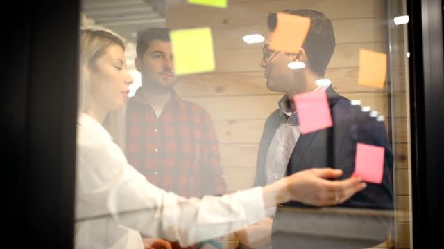 vídeos y material grabado en eventos de stock de planificación en la oficina - compromiso de los empleados