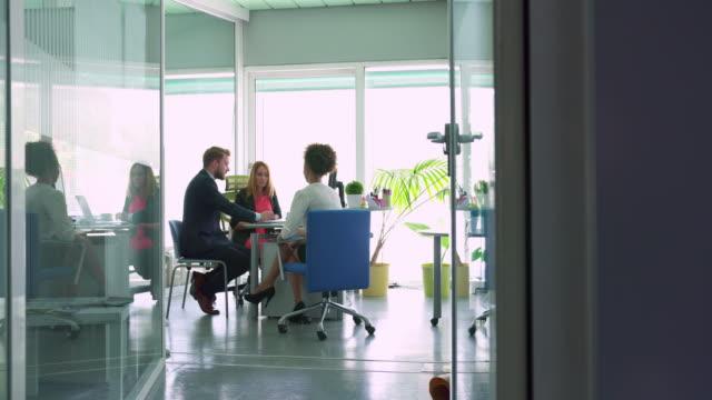 vídeos de stock e filmes b-roll de planning new strategy - efeito panning