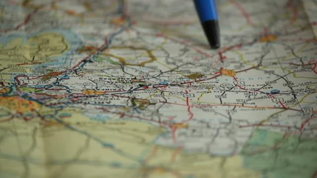 vídeos de stock, filmes e b-roll de planejando no mapa. - apontando sinal manual