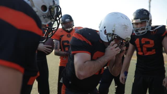 勝つための計画 - アメリカンフットボールヘルメット点の映像素材/bロール