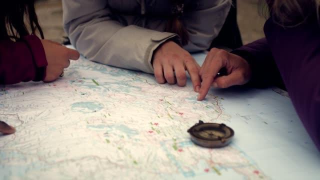 reiseplanung mit karte und kompass - karte navigationsinstrument stock-videos und b-roll-filmmaterial