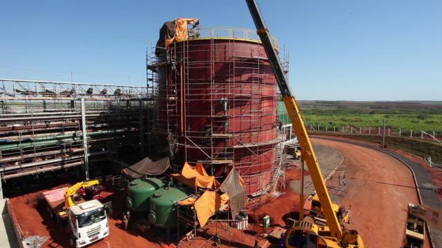 vídeos de stock, filmes e b-roll de plant construction, storage tank - tanque de armazenamento