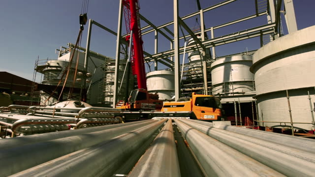 vídeos de stock e filmes b-roll de plant construction, storage tank - américa latina