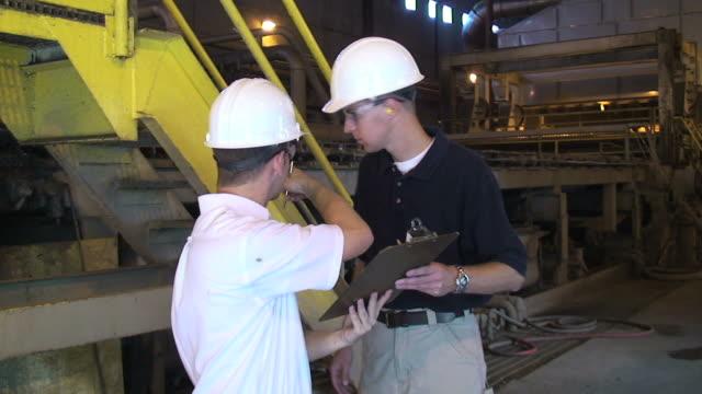 vídeos y material grabado en eventos de stock de ingenieros de planta - electrician