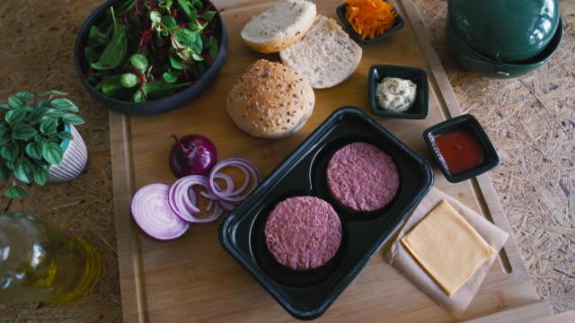 stockvideo's en b-roll-footage met plantaardige, niet-vlees, veganistische burger - eten koken
