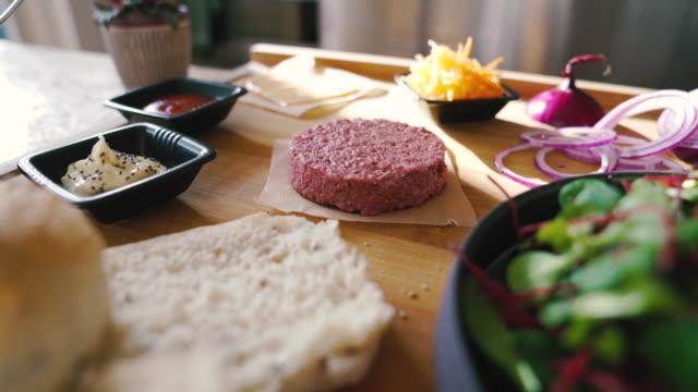 stockvideo's en b-roll-footage met plantaardige, niet-vlees, veganistische burger - hamburger