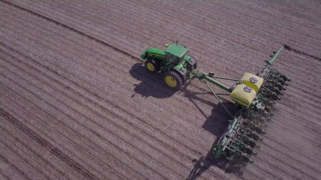 stockvideo's en b-roll-footage met planting corn in iowa - meer dan 50 seconden
