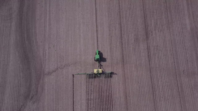 stockvideo's en b-roll-footage met planting corn in iowa - tractor
