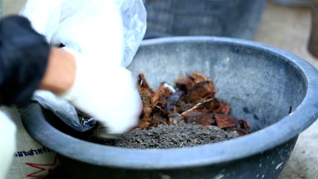 hd: plantering jord mix - trädgårdshandske bildbanksvideor och videomaterial från bakom kulisserna