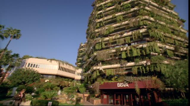 plants cover the planeta building. - planeta点の映像素材/bロール
