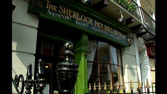 plaque commemorating 'ziggy stardust' unveiled; r17040711 baker street: exterior sherlock holmes museum blue plaque on wall marking house where... - sherlock holmes stock videos & royalty-free footage