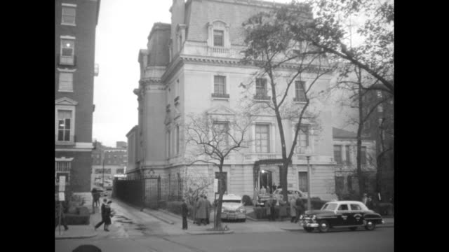 department of state 320 twentyfirst street nw / exterior of ussr embassy and people standing at entrance / plaque embassy of the union of soviet... - 冷戦点の映像素材/bロール