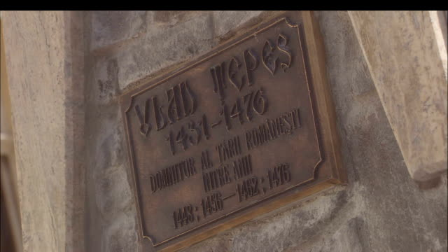 stockvideo's en b-roll-footage met a plaque displays information about vlad tepes. - târgu mureș