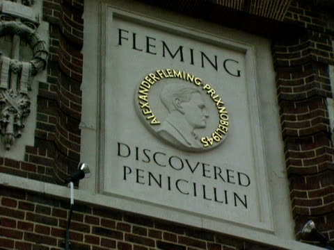 plaque on the exterior of st mary's hospital commemorates the work of sir alexander fleming. 08 march 1996. - 飾り板点の映像素材/bロール