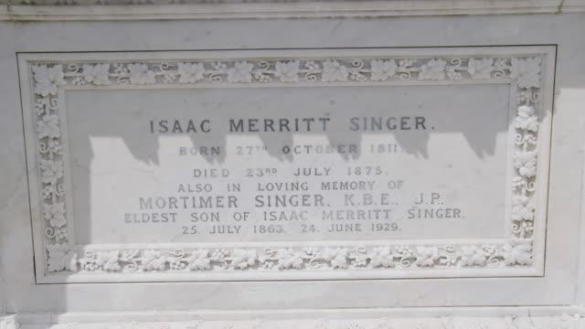 vídeos y material grabado en eventos de stock de cu plaque on tomb of isaac merritt singer / torquay, england, united kingdom - escritura occidental