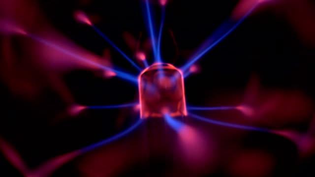 vídeos de stock e filmes b-roll de plasma ball - bola de plasma