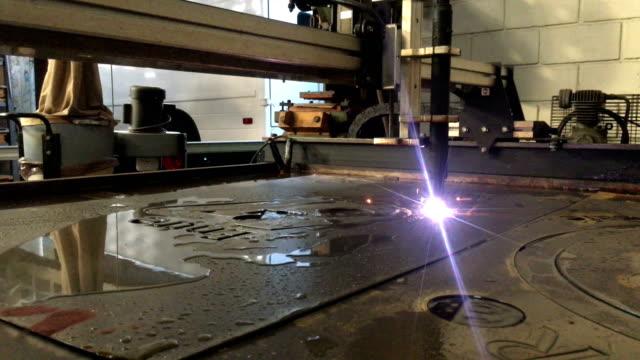 vídeos de stock, filmes e b-roll de cortador de plasma em ação - plasma matéria