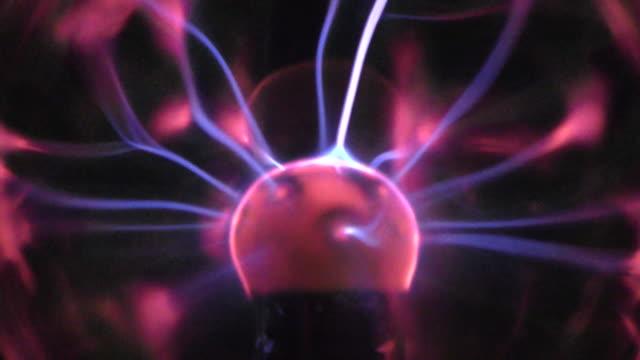 vídeos de stock, filmes e b-roll de globo de plasma - plasma
