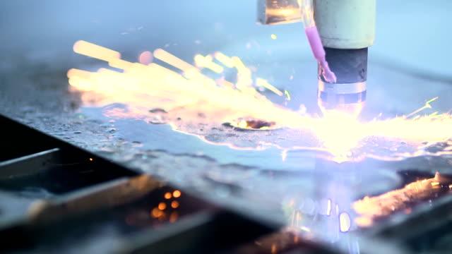 Plasma Laser Schneiden Blech mit Funken
