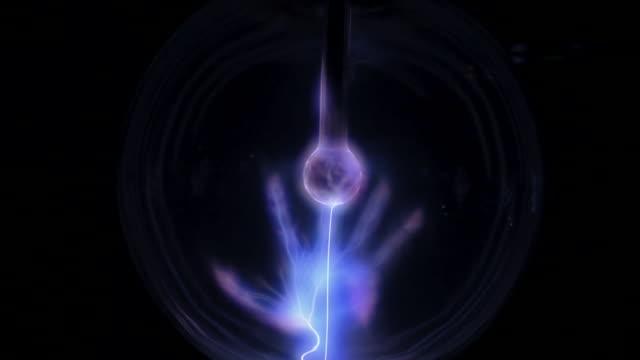 vídeos de stock e filmes b-roll de plasma1_locked1 - bola de plasma