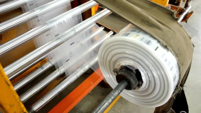 vídeos de stock e filmes b-roll de saco de plástico fábrica - saco de plástico