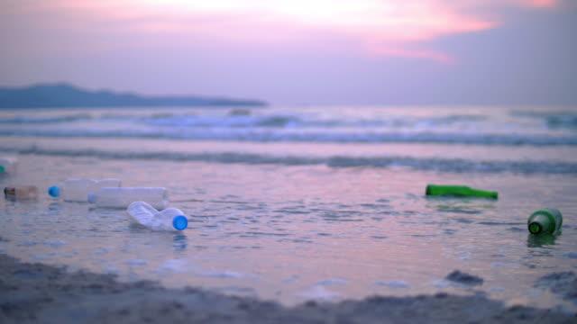 vidéos et rushes de déchets en plastique de bouteille sur la plage - bouteille