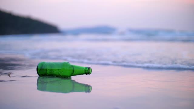 ビーチでペットボトルのゴミ - ポリスチレン点の映像素材/bロール
