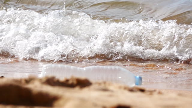 hd super slow mo: plastflaska on the beach - flaska bildbanksvideor och videomaterial från bakom kulisserna