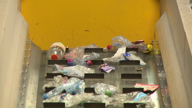 vidéos et rushes de plastic bottles and plastic waste being recycled at a paprec group recycling sorting centre in oise, france. shot list 00:00 to 00:09 - int gv... - écosystème