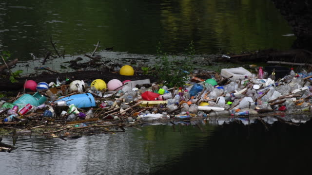 plastic bottles are seen floating in the river taff on september 9, 2018 in treforest, united kingdom. approximately 38.5 million plastic bottles are... - plastförorening bildbanksvideor och videomaterial från bakom kulisserna
