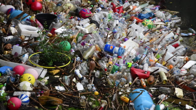 vidéos et rushes de plastic bottles are seen floating in the river taff on september 9, 2018 in treforest, united kingdom. approximately 38.5 million plastic bottles are... - flotter sur l'eau